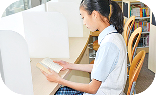読書をする生徒