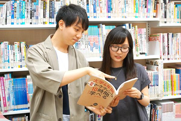 本を読む松下さんと鈴木くん