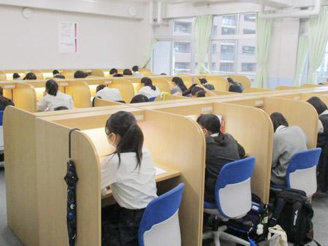 中間試験に備えて自習室で学ぶ生徒たち