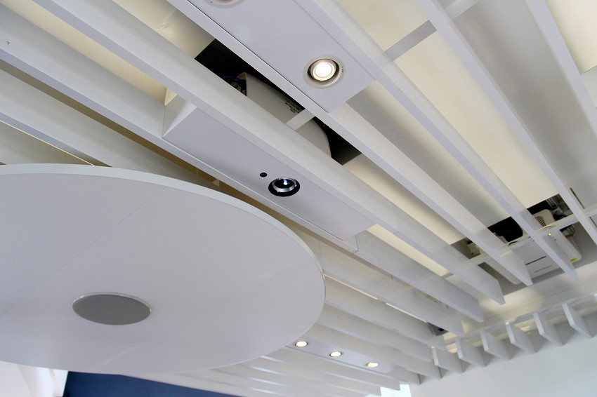 天井のマイクと、光を表示するライト