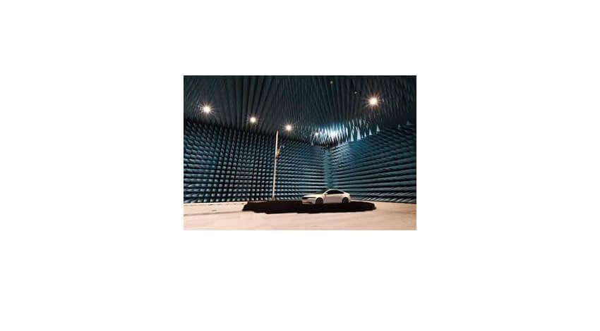 パナソニック、5G搭載車の通信性能を全方位で測定可能な電波暗室を構築
