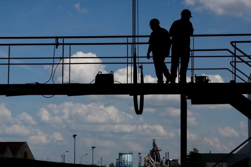 工場や建設現場で活用されるウェアラブルデバイス