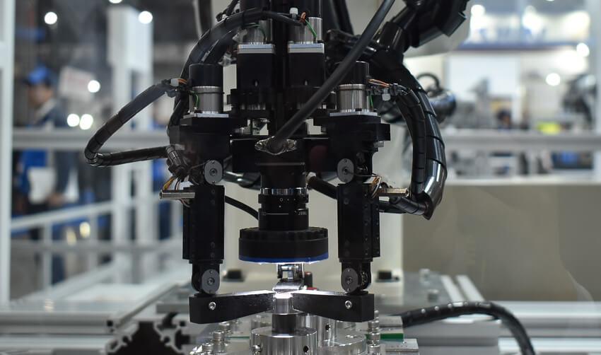 「指先」の感覚で部品のズレを調整する、オムロンのロボット技術 ―2019国際ロボット展レポート●