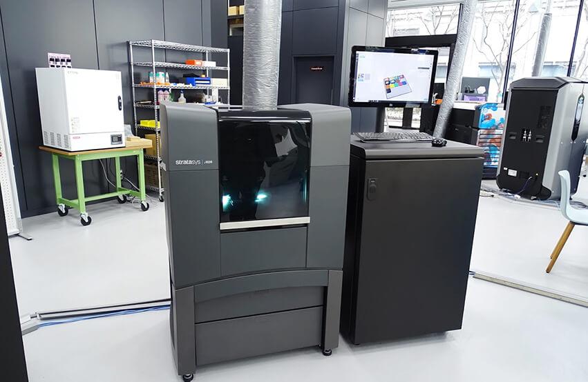 ストラタシス、フルカラー3Dプリンタの新機種「Stratasys J826」を発売 価格を抑えてプリンタ導入のハードルを下げる