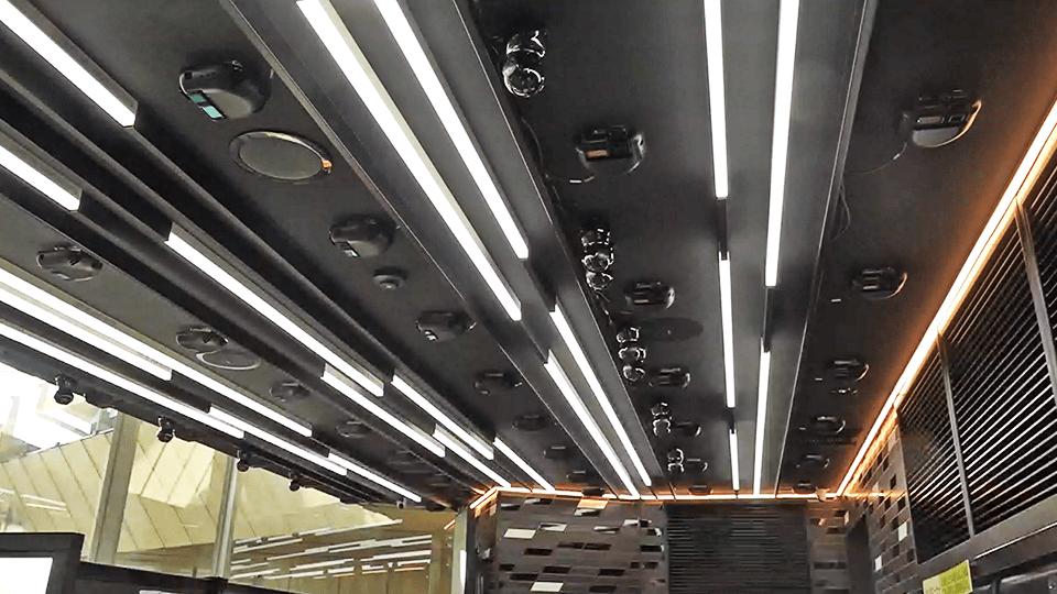 天井に設置されたカメラとToFセンサー等のセンサー類