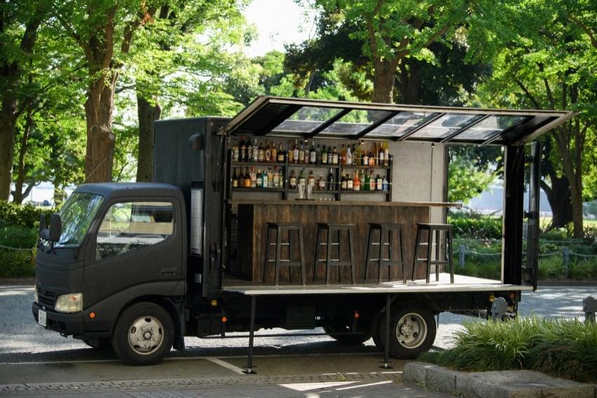 日本首度登場!移動式酒吧「BAR TRUCK MEDIA TLUX」,開放式的通風空間搭配四周美景,帶給你不同以往的體驗!