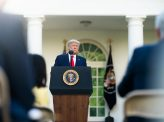 トランプ大統領3つの大統領令発出