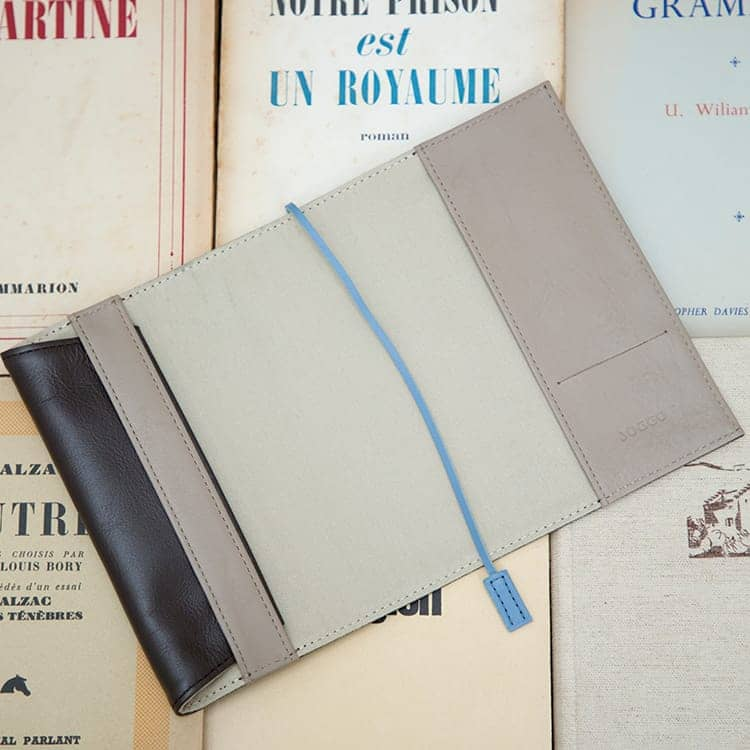 JOGGO LIMITED COLOR 2020  幸せの青、いつもあなたの手の中に。1・2月期間限定レザー『ジェイブルー』 ブックカバー(文庫サイズ)