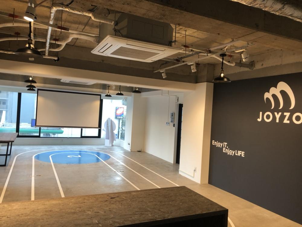 増床されたジョイゾーのオフィス。プロジェクターが用意されている。