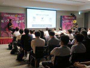 満員の客席とトーク中の安藤さんとキンスキ