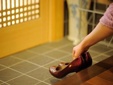 玄関で靴を脱ぐのは、私たちの国では当たり前ですが…
