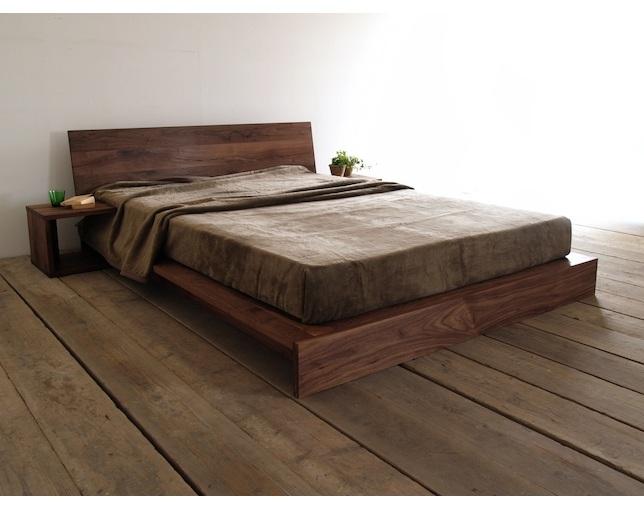 外国人はベッドで就寝。
