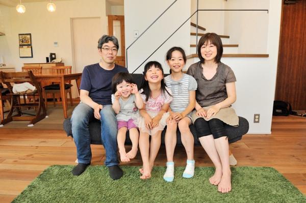 当然、日本人は家では裸足です。