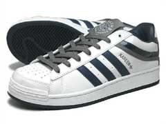 スニーカーとは布製・ゴム底の運動靴を指します。