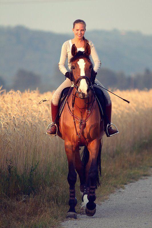 背筋をピンと伸ばして乗馬する姿は恰好いい!