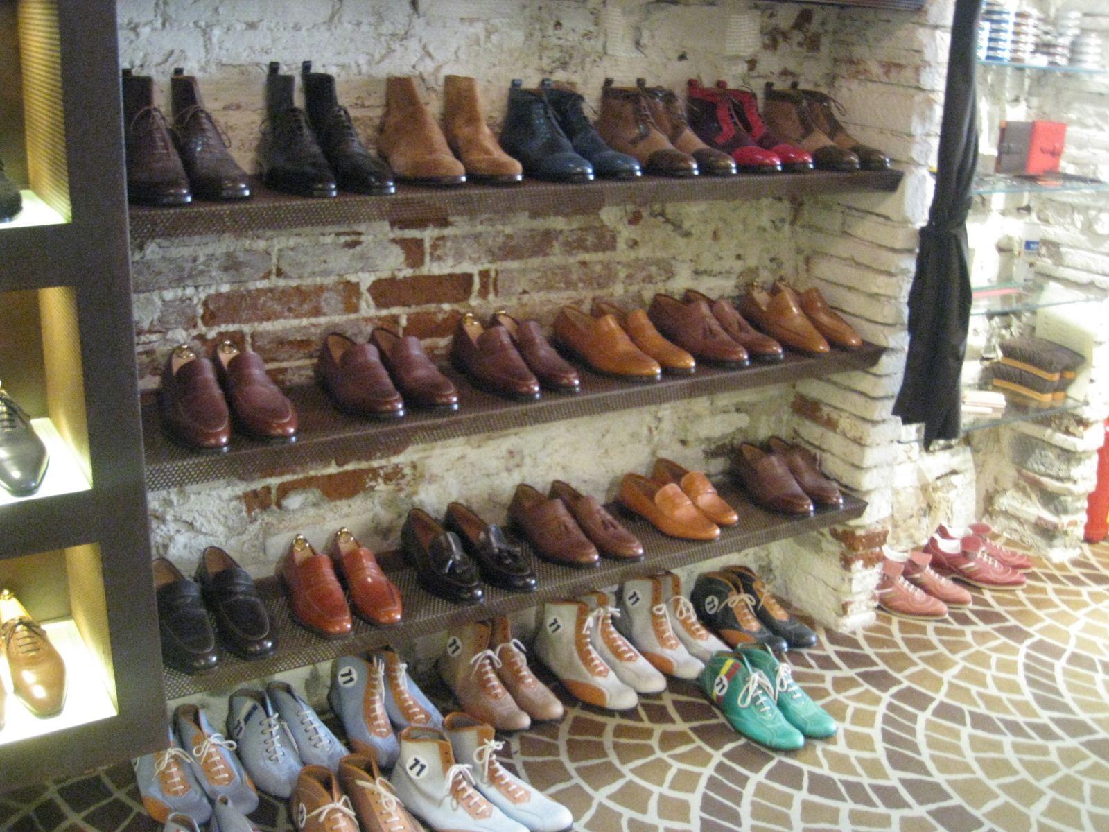 同じ靴の種類でも形状の違いで別のようなスニーカーになる!