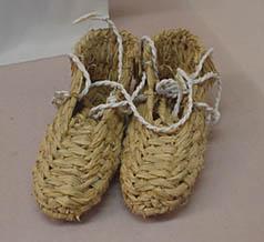 「ワラジ」「ゾーリ」の元になった、藁で編んだ沓「藁沓(わらぐつ)」
