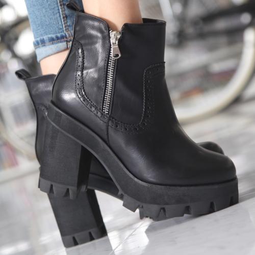 【ブーツ】雨や雪でも滑らない。