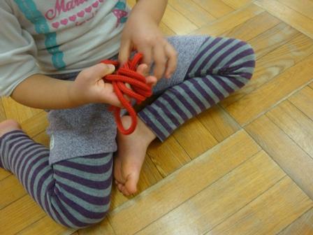 まずは縄跳びを結ぶ練習から!