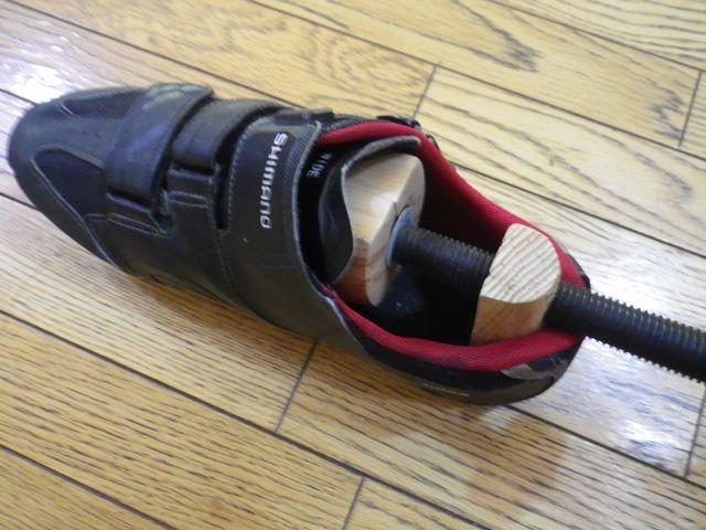 靴にシューズストレッチャーを