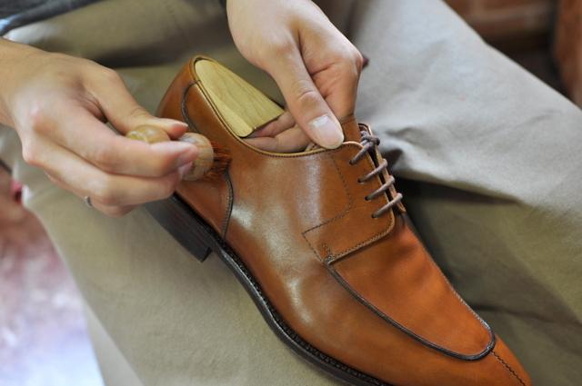 「靴の色よりも薄め」又は「無色」の乳化性クリームがお勧め