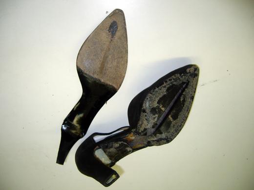 その・擦り切れた靴底をはがします