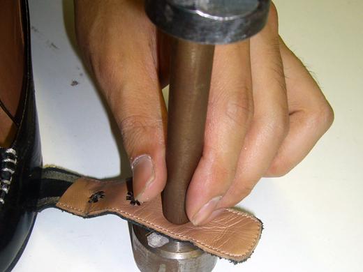 その・専用工具で金具を固定