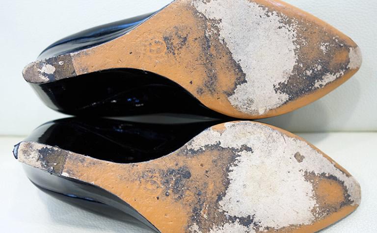 履き続けて消耗した靴底