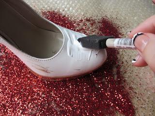 靴に接着剤を塗ります