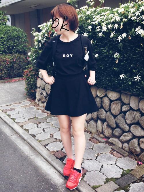 ブラックでもミニスカートなら赤いスニーカーも元気なイメージになります