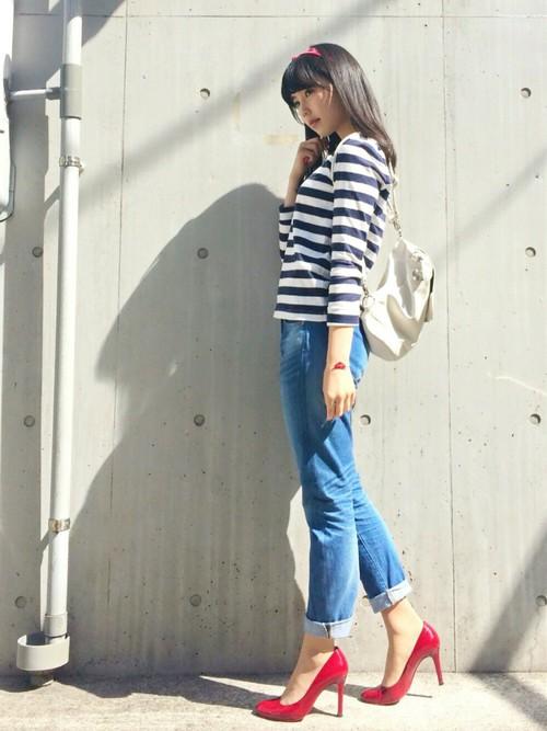 ふだんのジーンズスタイルで、女らしさを上げる