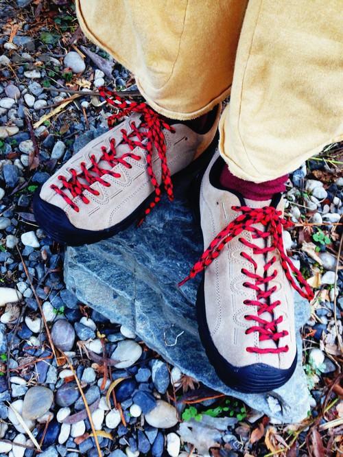 靴紐の存在感を活かして、足元をカラフルに