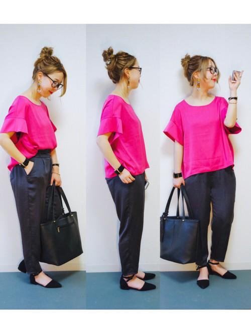 ちゅうちょなく鮮やかなピンクを着こなす姿がいさぎよくて素敵!