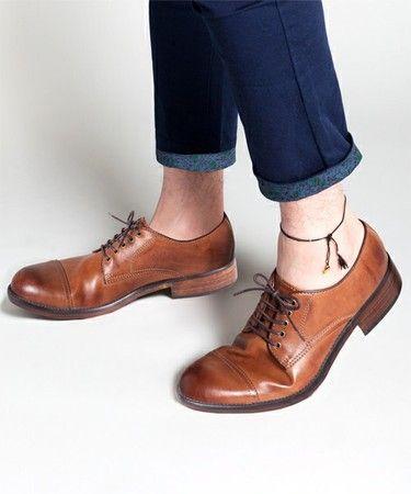 革靴の色が明るいほど、カジュアルコーデに使いやすい