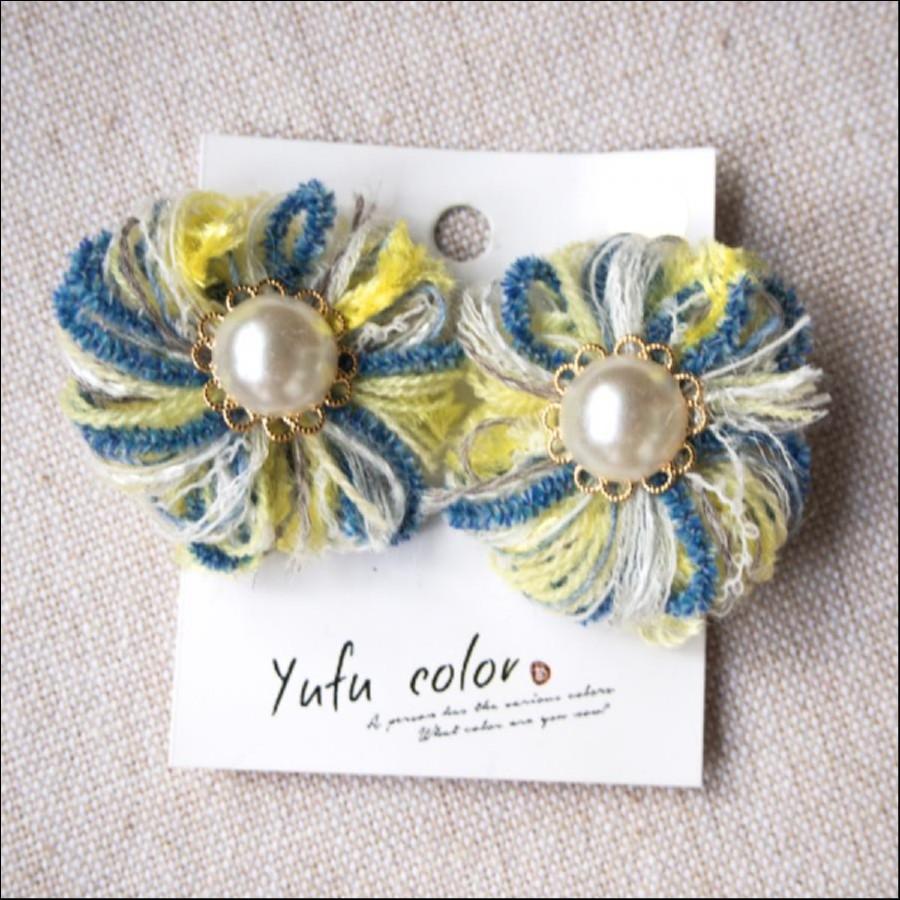 [期間限定販売] yufu color 手作り糸のもっこもこ毛糸のお花イヤリング:ペールイエロー×ブルー(ピアスオーダーOK)