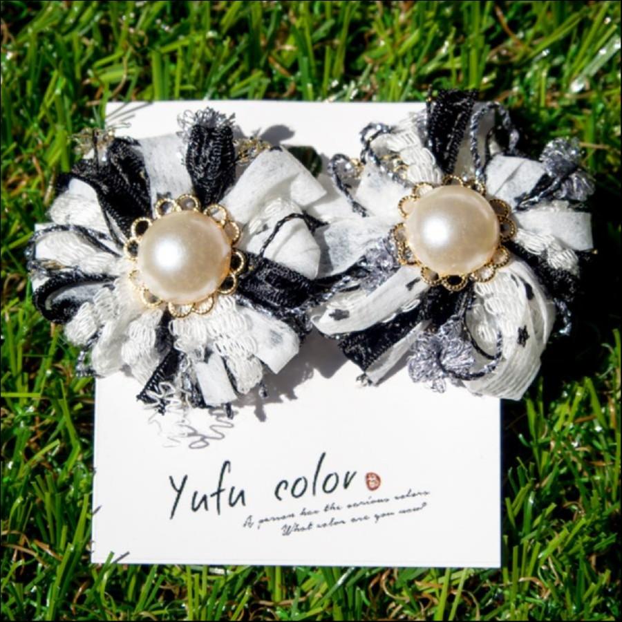 [期間限定販売] yufu color 手作り糸のもっこもこお花イヤリング(白×黒)