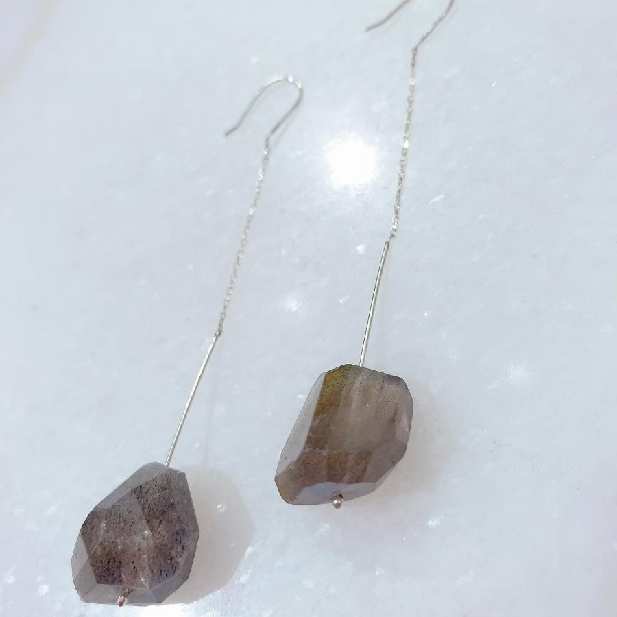 大きな天然石が揺れるシルバーピアス