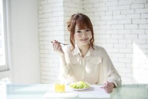 噛んで唾液をたくさん出す事で消化酵素を出し満腹中枢を刺激して小食に、顔の筋肉を動かし小顔効果
