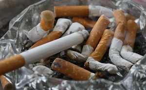 煙草のせいで血管が細くなり血行が悪くなると頭皮にも十分な栄養がいかずに薄毛の原因に