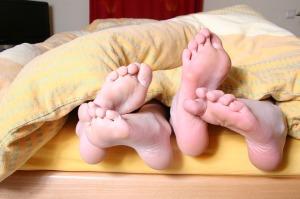 feet-684683_640 ベッド 足 カップル