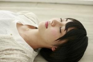 6b7f742538f831f37833c63ac6824198_s 女性 倒れる 昏倒 睡眠 眠る 寝る 瞑想 安静
