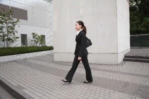 37b644dc416df097bf4b58c4d0707de8_ビジネス 女性 歩く 徒歩 スーツ
