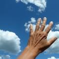 室内にいても危険!手の日焼けの効果的な対策方法と美白方法とは?
