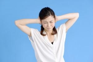 cfe3a57c4b2f0370c140233d342a2c14_s 耳を塞ぐ女性 耳鳴り ストレス 騒音