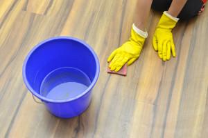 032_2 掃除する女性の手 ゴム手袋 バケツ 雑巾 床掃除 床を拭く