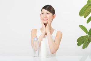 044_2 スキンケアをする日本人女性 化粧水 乳液 肌のお手入れ