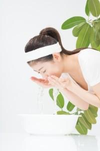 a15170376c850ba6299e138bb6e6df20_s 洗顔する女性 スキンケア