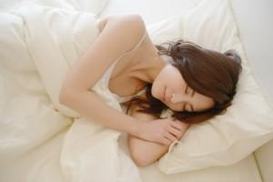 2c06a85402ab452ddd8439ee3b14e675_s 女性 睡眠 眠る ベッド 寝る