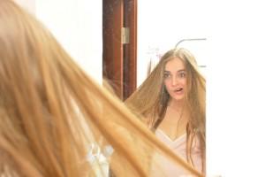 鏡をみて驚く_s