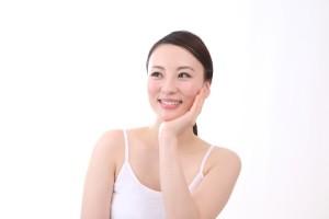 37692716e516d54054338ce1a5ba6ce1_s 女性 顔に手 肌 しっとり 美容